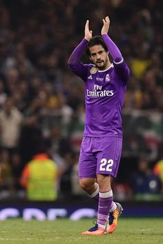 Real Madrid's Spanish midfielder Isco applauds as he is substituted during the UEFA Champions League final football match between Juventus and Real Madrid at The Principality Stadium in Cardiff, south Wales, on June 3, 2017. / AFP PHOTO / JAVIER SORIANO