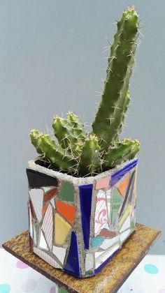 Mosaic Flower Pot. Ricardo Stefani Mosaic Flower Pots, Mosaic Pots, Mosaic Bottles, Urn, Mosaics, Planter Pots, Workshop, Vase, Flowers