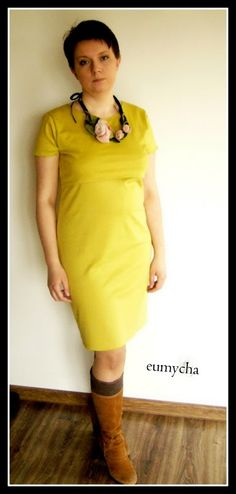 Sukienka z dzianiny. Fason sukienki pozwala na dyskretne karmienie maleństwa.