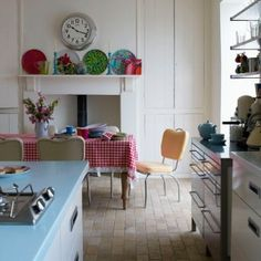 News and Pictures about retro vintage kitchen Retro Kitchen Design Sets And Decoration Ideas By Antique Home Styles. Modern Retro Kitchen, Vintage Kitchen, Retro Vintage, Vintage Modern, Victorian Kitchen, Vintage Soft, Vintage Yellow, Brick Floor Kitchen, Kitchen Dining