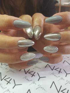 Lækre og elegante gele negle i de grå toner. Negle glimmer i sølv, Negle pigment mirror, Grå Gel polish er her brugt på disse flotte negle som er lavet af vores søde Cecilie. Du kan købe alle produkter hos Nail4you.dk Super flotte nail art negle. Lovely nailart nails with silver glitter and chrome pigment for nails