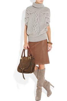 stivali grigi con maglione grigio e gonna marrone al ginocchio