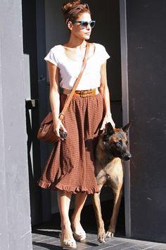 Und zum Spaziergang mit dem Hund entscheidet sich Eva Mendes für ein schlichtes dunkles Haarband.