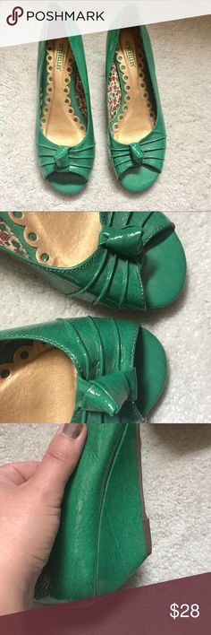 Patent leather green Seychelles wedges In excellent used condition. Green patent leather. Cute bows at toes. Slight wedge. Size 8.5 Seychelles Shoes Platforms