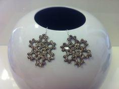 orecchini all'uncinetto,dipinti a mano nei toni del bronzo,con glitter dorati e vetrificati.A forma di piccolo  fiocco di neve