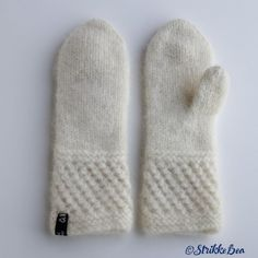 spildravotten-hvit Knitted Gloves, Knitting Socks, Knit Socks, Different Textures, Mittens, Ravelry, Winter Outfits, Diy And Crafts, Barn