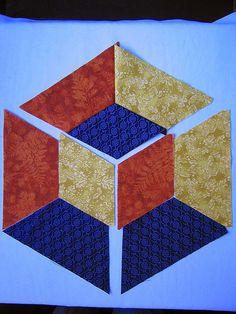 Este tutorial foi executado especialmente para uma amiga... Patchwork Fabric, Patchwork Patterns, Quilt Block Patterns, Fabric Art, Geometric Quilt, Hexagon Quilt, Hexagon Patchwork, Tumbling Blocks Quilt, Quilt Blocks
