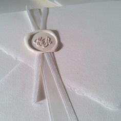 Partecipazione realizzata su Carta Amalfi, decorata con doppio nastro in raso avorio e ceralacca bianca. J'Adore. By Web&Cars