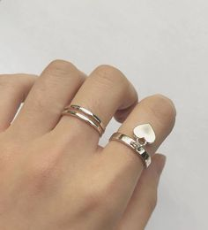 Find images and videos about aesthetic, jewelry and hand on We Heart It - the app to get lost in what you love. Dainty Jewelry, Cute Jewelry, Jewelry Crafts, Jewelery, Silver Jewelry, Jewelry Accessories, Silver Rings, Korean Accessories, Glass Jewelry