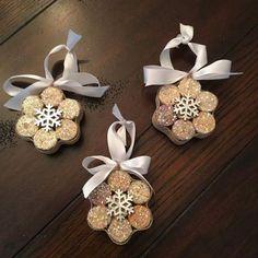 flocons de neige fait avec des bouchons de liège coupés en trois. Décorez au centre avec un flocon argenté et enfilez-y un ruban ou une ficelle.