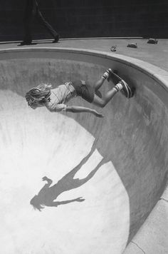 I wana learn to skate bowls! Longboarding, Wakeboarding, Skateboards Vintage, Skate Long, Snowboard, Skate Photos, Lords Of Dogtown, Soul Surfer, Skater Boys
