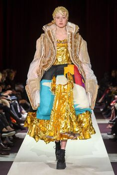 The complete Comme des Garçons Fall 2018 Ready-to-Wear fashion show now on Vogue Runway. Weird Fashion, Fashion 101, Fashion Brands, High Fashion, Fall Fashion, Fashion Week Paris, Fashion Week 2018, Couture Mode, Couture Fashion