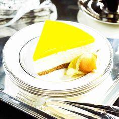 Ihana aurinkoinen juustokakku on yksi Maku.fi:n ikisuosikeista! Hurmaa vieraat tällä tällä raikkaan herkullisella juustokakulla. Katso VIDEO, kuinka kakku valmi