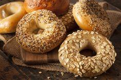 Φτιάχνουμε χειροποίητα μπέιγκελ. Το ζυμαρένιο κουλούρι, που εισήγαγαν στον γαστρονομικό χάρτη οι εβραϊκές πολωνικές κοινότητες, και έγινε η νούμερο 1 επιλογή πρωινού -on the go- των Νεοϋορκέζων. Protein Bread, Protein Foods, Bread Carbs, Post Workout Carbs, High Protein Recipes, Healthy Recipes, Delicious Recipes, New York Bagel, Ny Bagel