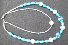 Dubbele halsketting (43cm en 58 cm) met licht aqua blauwe en witte kralen   14  €