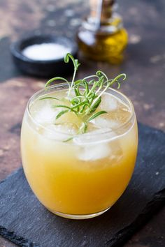 Penicillin Cocktail with Ginger, Lemon and Honey - Ginger with Spice Winter Cocktails, Fun Cocktails, Cocktail Drinks, Cocktail Recipes, Lemon Cocktails, Drink Recipes, Ginger Syrup, Ginger Juice, Penicillin Cocktail