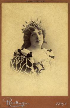 Actrice. Kabinet albumine foto (1899) gemaakt door Leopold Reutlinger in Parijs. Verzameling Wilfried Vandevelde.