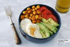 Receta de bowls o cuencos de garbanzos tostados con aguacate, tomate y huevo. Con fotos del paso a paso, consejos y sugerencias de degustación. Re...