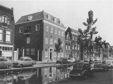 Turfmarkt bij de toegang tot de gereformeerde kerk met het zalencentrum Het Brandpunt in 1966.