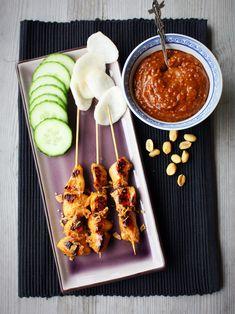 De lekkerste kipsaté met zelfgemaakte pindasaus Chicken Wings, Bbq, Food And Drink, Meat, Ethnic Recipes, Barbecue, Barrel Smoker, Buffalo Wings
