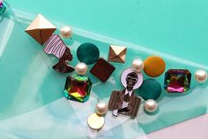 Need something to do with all your mismatched earrings? In this post, we'll make a clutch using old earrings and brooches that is stylish and chic.