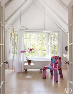 In the guest bath of the Philip Galanes–designed Shelter Island, New York, home of Knoll CEO Andrew Cogan, a Saarinen table stands beside a prototype of a Robert Venturi chair for Knoll.