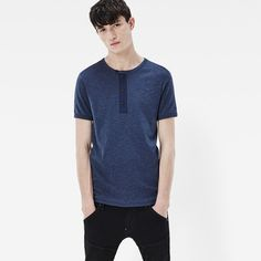 Based on an archive tee from the G-Star archive, this slim tee features an authentic granddad closure and ribbed edges.