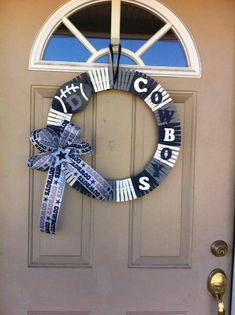 make one for each family with favorite team theme - - Clothes pin wreath…make one for each family with favorite team theme Dallas Cowboys Crafts, Dallas Cowboys Wreath, Football Crafts, Football Wreath, Cowboys Gifts, Football Decor, Dallas Football, Wreath Crafts, Diy Wreath
