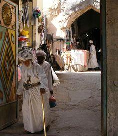 Man in traditional Omani garb - Omán