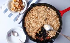 This apple crumble recipe is really PERFECT! It has all the richness of flavors but it is much lighter than other apple crumble recipes! You must try it! | #applecrumble #caramelapplecrumble #applecrisp #caramelapplecrisp | simplyanchy.com
