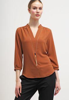 que es un personal shopper - blusa marrón con colgante