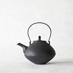 Japanese ceramics and utensils handcrafted by artisans. Our gallery shop is based in Nagoya, Japan. Our online shop ships to countries worldwide. Teapots Unique, Japanese Ceramics, Clay Pots, Clay Crafts, Utensils, Artisan, Kettles, Nagoya, Tea Pot