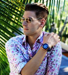 El blogger #MarkStJames luce nuestro #reloj #Guess #SSG, movimiento de #cuarzo, multifunción, esfera #azul, números árabes e índices, caja de 45 milímetros de diámetro en #pvd #rosa y correa de #caucho azul. #ZapataJoyeros #Relojería #Joyería #Barcelona