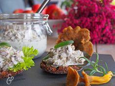 Sienisalaatti suppilovahveroista / Tinskun keittiössä ja Tyynen kaa Good Food, Yummy Food, Halloumi, Gordon Ramsay, Deli, Cheddar, Dairy, Cheese, Recipes