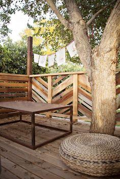 Inside a tree fort - An Unpretentious Creative Phoenix Home Outdoor Rooms, Outdoor Chairs, Outdoor Living, Outdoor Decor, Outdoor Ideas, Backyard Treehouse, Backyard Fences, Treehouse Ideas, Diy Fence