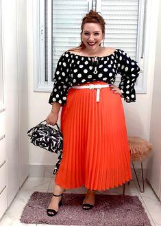 Como usar saia plissada plus size | Dicas e truques - JUROMANO.COM Waist Skirt, Midi Skirt, High Waisted Skirt, Looks Plus Size, Ideias Fashion, Breast, Skirts, Beautiful, Big