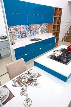 """Você é apaixonado(a) por azul? Então PARA TUDO! 😱😱 Já pensou em ter esta cor no ambiente mais badalado de sua casa? Sim, na sua cozinha! E mais precisamente: esta cozinha do post! Não é linda? 💙 O espaço vem ganhando cada vez mais destaque, pois é neste local onde se passa boa parte do tempo e onde reúne-se os amigos e a família para apreciar um bom menu junto de muita conversa gostosa. Por isto ela é eleita a """"estrela da casa"""". Tons coloridos dis..."""