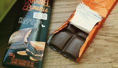 Lindt HELLO - Caramel Brownie: Gefüllte Vollmilch-Schokolade mit Caramel (13%) und Brownie-Crème (23%) mit dunklen Gebäckstückchen (2%).