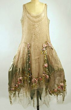 im going on a search for a boue soeurs dress of my own! Court Presentation Ensemble by Boué Soeurs // year 1928 via The Costume Institute of the Metropolitan Museum of Art Silk, Metallic threads Vintage Outfits, Vintage Dresses, Vintage Fashion, Vintage Clothing, Vintage Prom, Edwardian Fashion, Vintage Beauty, Unique Vintage, Vestidos Vintage