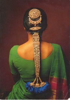 India | Gold braid in the form of a snake. ~ On festive occasions, women in South India sometimes wear long linked ornaments (jadai nagam) over the lengths of their braids depicting cobras ; one of the 28 pieces that Bonhams is about to sell ~ an inspiring array of Indian Temple Jewellery from the 17th, 18th, and 19th centuries. The 28 pieces were used to ornament the Hindu gods.
