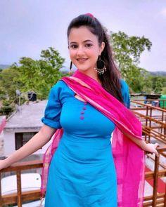 Beautiful Girl Indian, How To Feel Beautiful, Eastern Dresses, Plain Shirts, Silk Dupatta, Indian Girls, Stylish Girl, Girl Photography, Sweet Girls