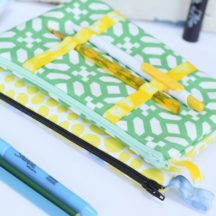 Pencil Pouch Sewing Tutorial - a cool twist on the classic zip pencil pouch with accessible pen storage on the outside. I need to find some decorative elastic :D Sewing Hacks, Sewing Tutorials, Sewing Projects, Sewing Ideas, Sewing Patterns, Sewing Tips, Free Tutorials, Fall Projects, Purse Patterns