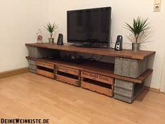 Weinkisten (mit Anti-Holzwurm-Wärmebehandlung) als Schubladen unter dem TV-Board aus Steinen und Brettern für Stauraum