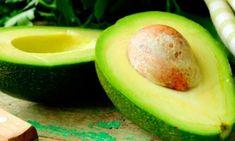 Diese birnenförmige Frucht mit dunkelgrüner Schale und hellgrünem Fruchtfleisch stammt ursprünglich aus Mexiko. Der Kern ist sehr groß und enthält wie auch das Fruchtfleisch zahlreiche gesundheitsfördernde Wirkstoffe, die ausgezeichnet für verschiedene Heilmittel geeignet sind. In diesem Beitrag erfährst du verschiedene Anwendungsmöglichkeiten der Avocado.