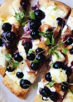Blueberry, Feta and Honey-Caramelized Onion Naan - You won't be able to resist this savory blueberry pizza! Feta Pizza, Pizza Pizza, Burrata Pizza, Salmon Pizza, Ricotta Pizza, Burrata Cheese, Pizza 101, Naan Pizza, Pizza Party