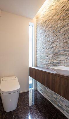 ホテルライクなトイレは洗練された空間に。光沢のある床やボーダー形状の天然石が高級感のある仕上がりになっています。 Modern Toilet, Small Toilet, Toilette Design, Zen House, Small Bathroom With Shower, Hotel Room Design, Restroom Design, Downstairs Toilet, Modern Tiny House