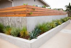7 Ideas To Apply When Building Your DIY Retaining Wall The trick about retaining walls is that they are an element that doesn't always get much attention. Retaining Wall Fence, Concrete Fence Wall, Small Retaining Wall, Backyard Retaining Walls, Building A Retaining Wall, Concrete Retaining Walls, Sloped Backyard, Sloped Garden, Backyard Fences