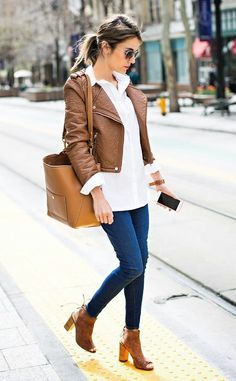 Jeans com camisa branca // white shirt, jeans, brown leather jacket, purse and peep toe slingback booties:
