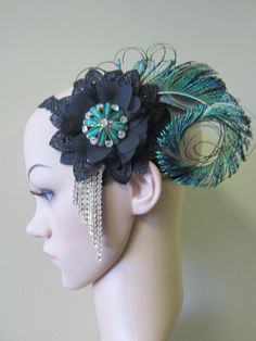 1920s inspired fascinator features decorative intricate black lace adorned with peacock feathers and rhinestones. The lace is set on black elastic for a comfortable fit.