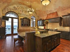Vaulted Ceiling: Italian-Inspired Masterpiece in Austin, Texas